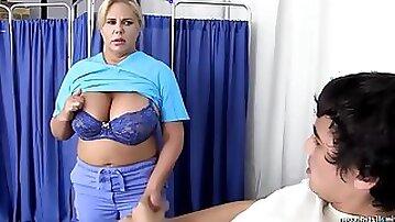 Gordinha na Punheta - Amateur blonde nurse with big ass gives handjob to her patient