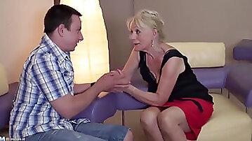 A mature mom enjoyments a junior big black cock.