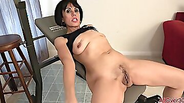 Mommy Lady At Gym - She Plays With Her Old Cunt