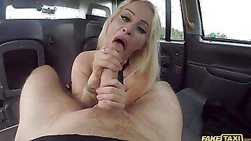 Blonde hoe Petite Princess Eve pleasuring her taxi driver