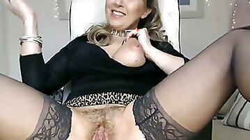 Very hot mature woman with big tits who obviously loves camming